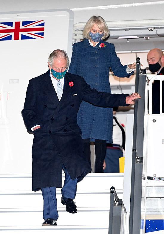 Герцогиня Камилла в пальто с расклешенным подолом