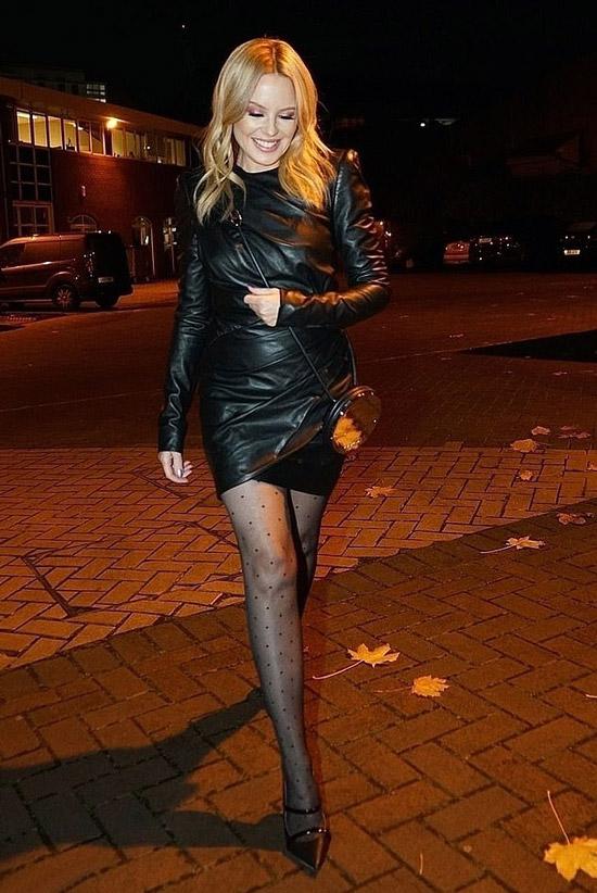 Кайли Миноуг в кожаном платье и лодочках