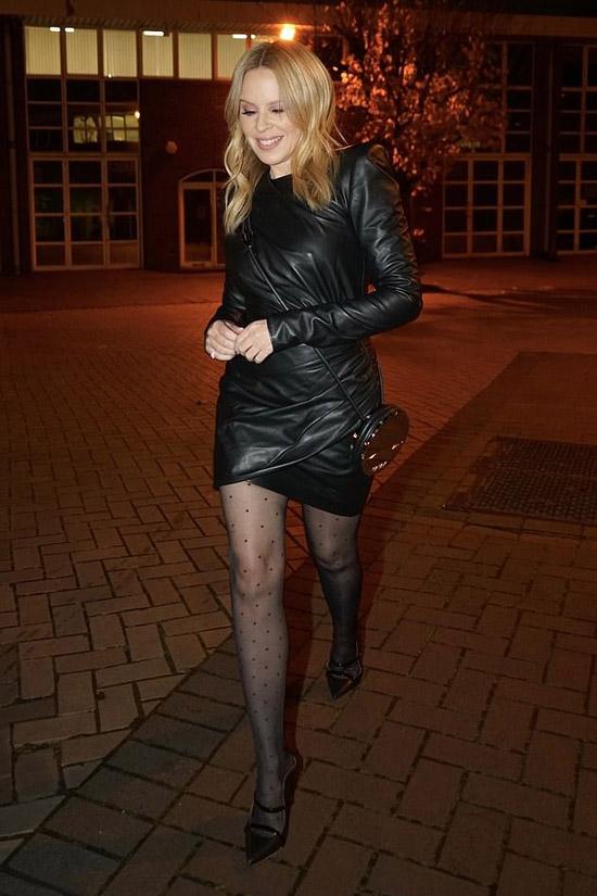 Кайли Миноуг в платье и черных лодочках
