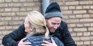 Киану Ривз обнимается с приятельницей и выглядит очень счастливым несмотря на недавние неприятности