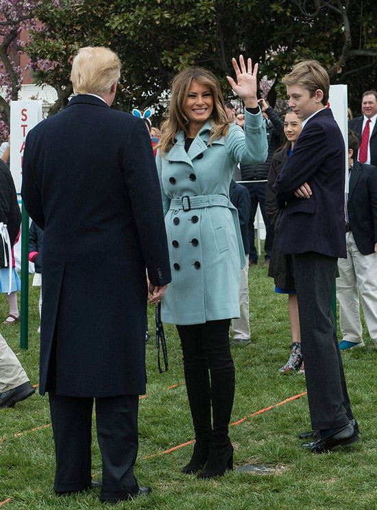 Мелания Трамп в двубортном бирюзовом пальто