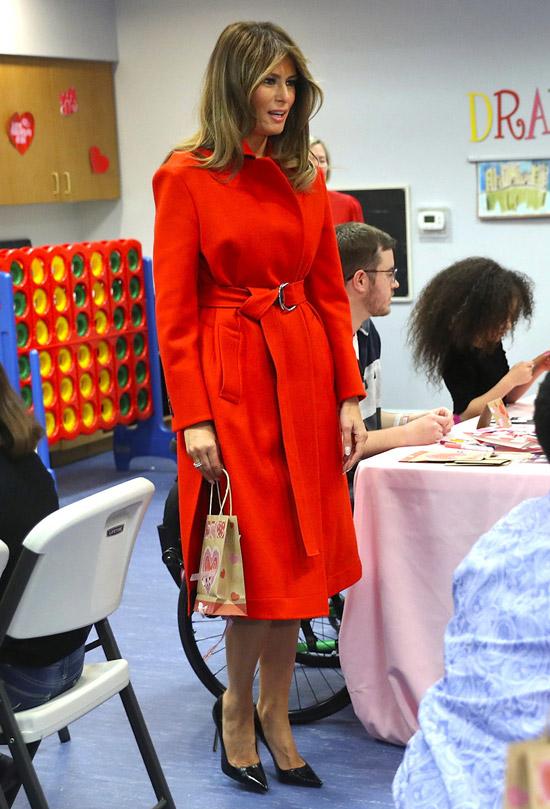 Мелания Трамп в красном пальто с поясом