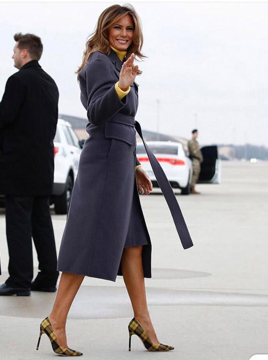 Мелания Трамп в пальто и желтом свитере