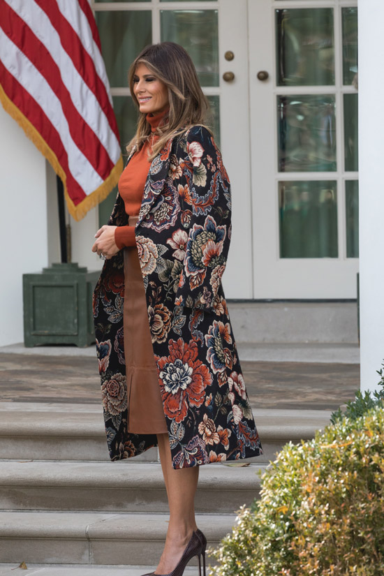 Мелания Трамп в пальто с цветочным узором