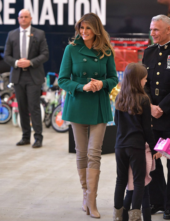 Мелания Трамп в коротком зеленом пальто