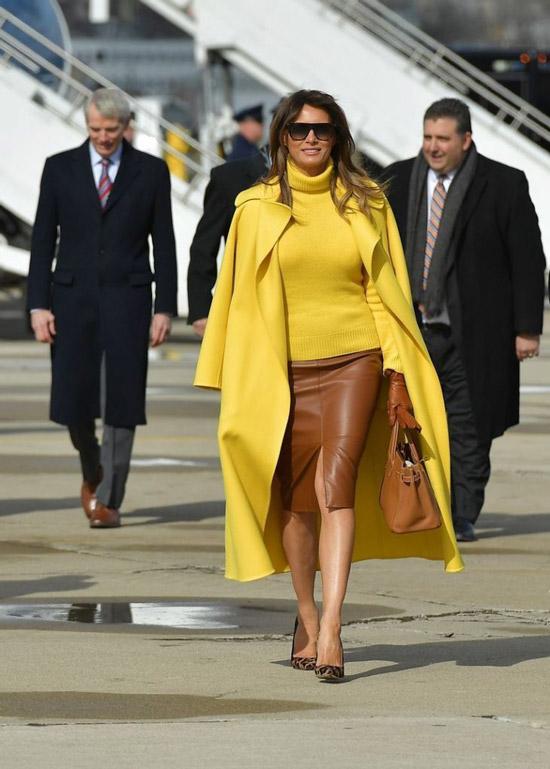 Мелания Трамп в ярко желтом пальто и кожаной юбке