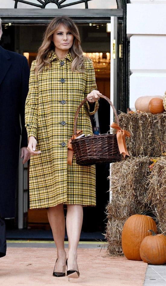 Мелания Трамп в желтом пальто в клетку