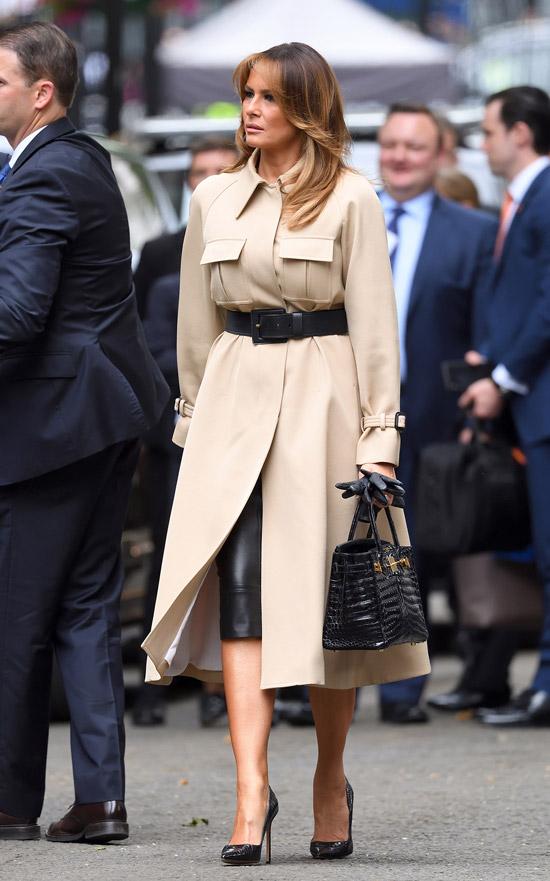Мелания Трамп в светлом пальто и черной юбке