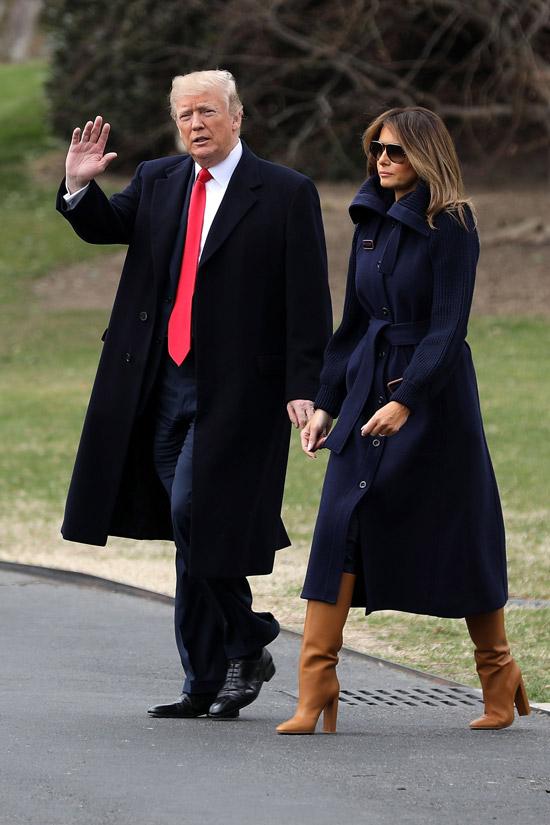 Мелания Трамп в темно синем пальто