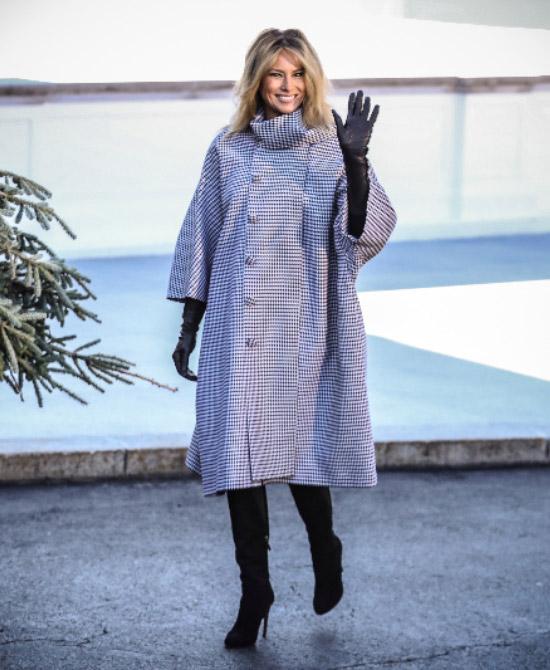 Мелания Трамп в свободном пальто и сапогах