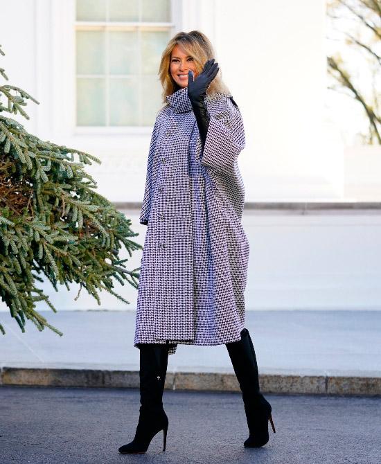 Мелания Трамп в пальто с принтом и сапогах