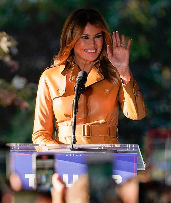 Мелания Трамп в кожаной куртке с баской