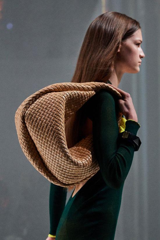 Модная сумка-хобо на зиму 2021