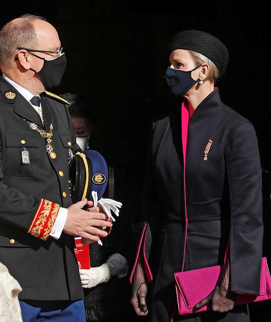Принцесса Монако в темном пальто и с ярким клатчем