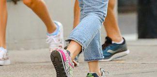 Скарлетт Йоханссон в укороченных джинсах и New Balance с принтом зебры прекрасна