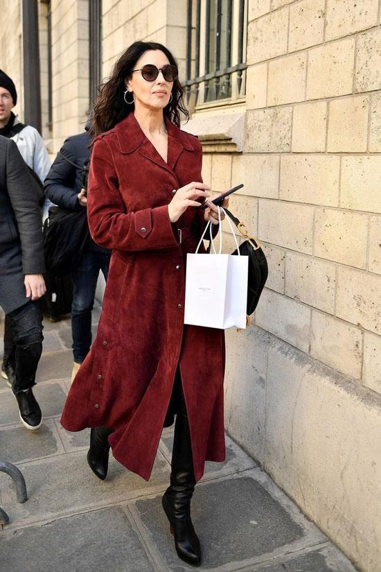 Моника Беллуччи в бордовом плаще и с сумкой Диор