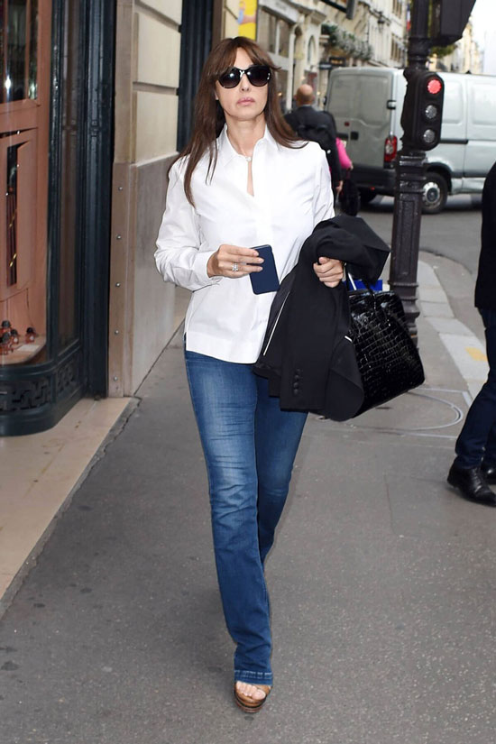 Моника Беллуччи в джинсах и белой рубашке