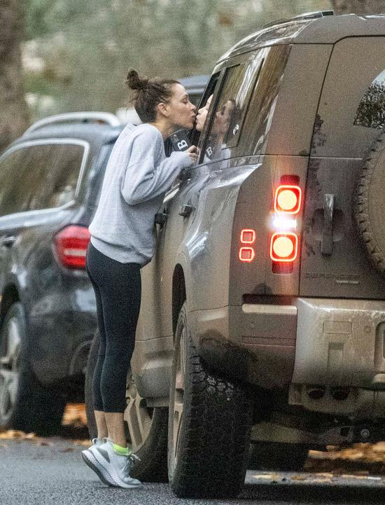 Виктория Бекхэм в сером свитере и мокрыми волосами