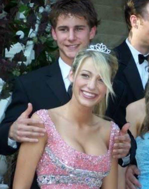 Блейк Лайвли в розовом платье на выпускном вечере