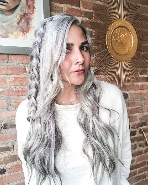 Девушка с длинными седыми волосами