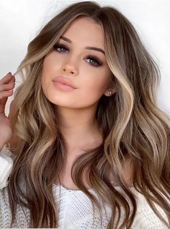 Девушка с длинными волнистыми волосами