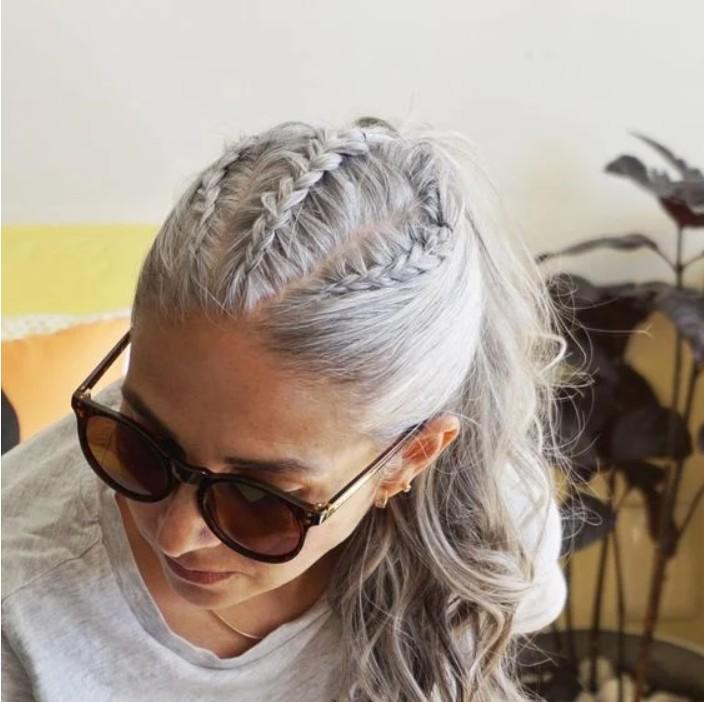 Девушка с косичками и хвостиком на седых волосах