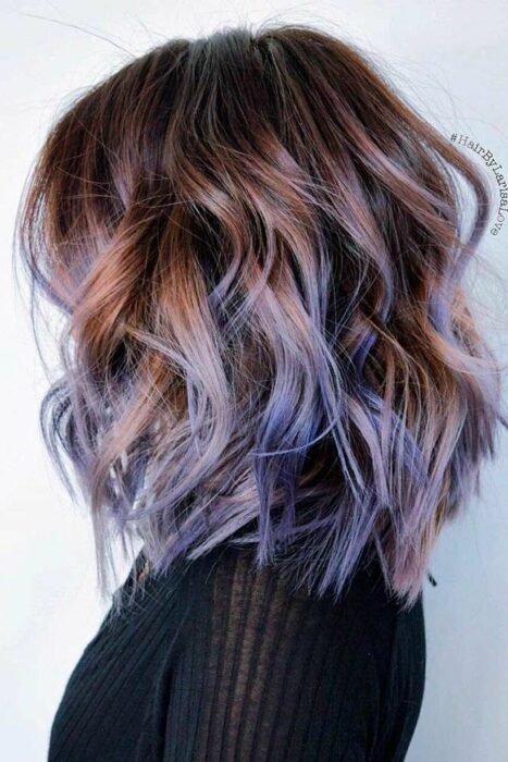 Девушка с красивыми волосами с фиолетовыми прядями
