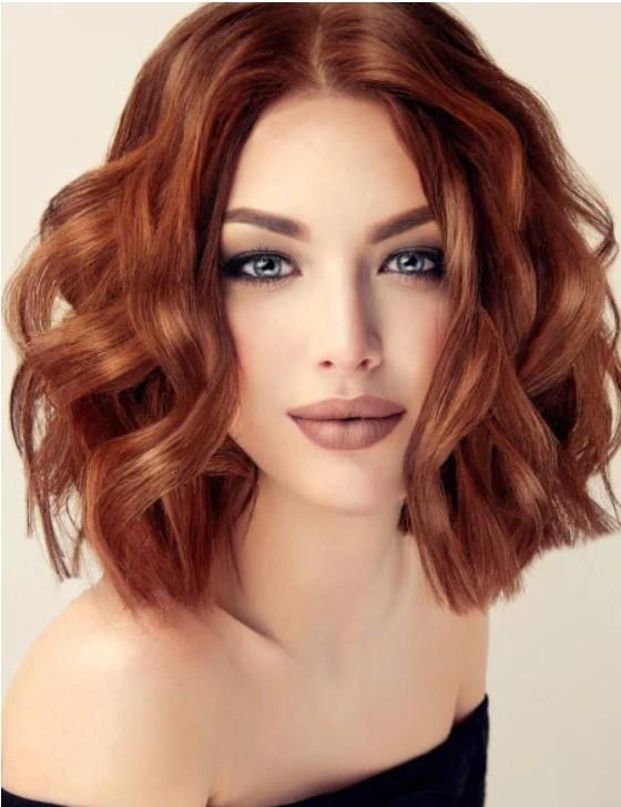 Девушка с рыжими волосами с волнами