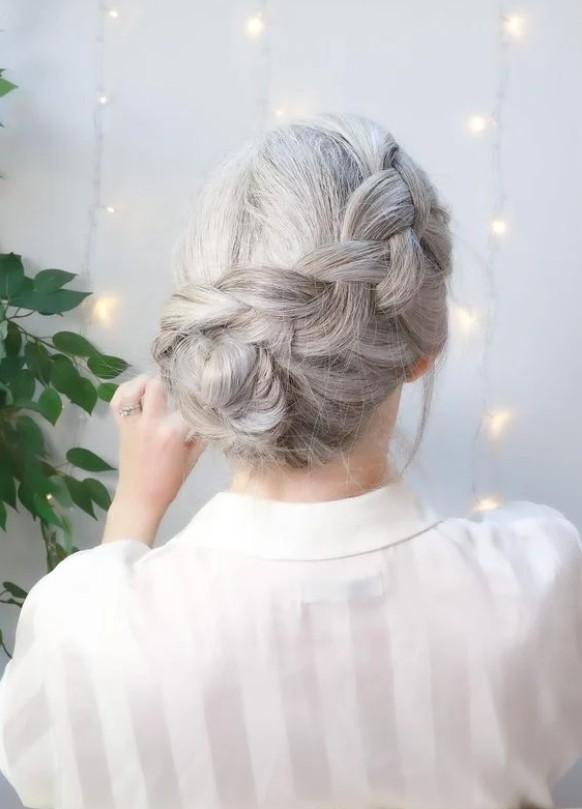 Девушка с толстой косой на светлых волосах