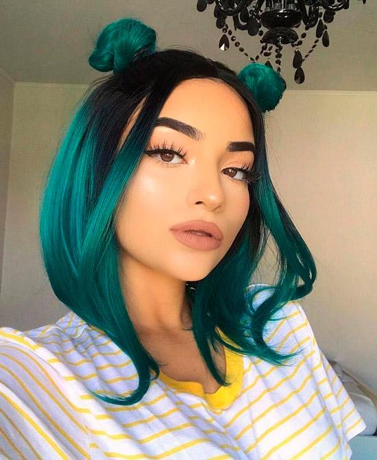 Девушка с зелеными волосами по плечо