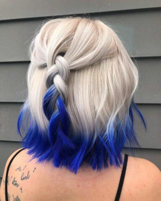 Девушка со светлыми волосами и синими кончиками