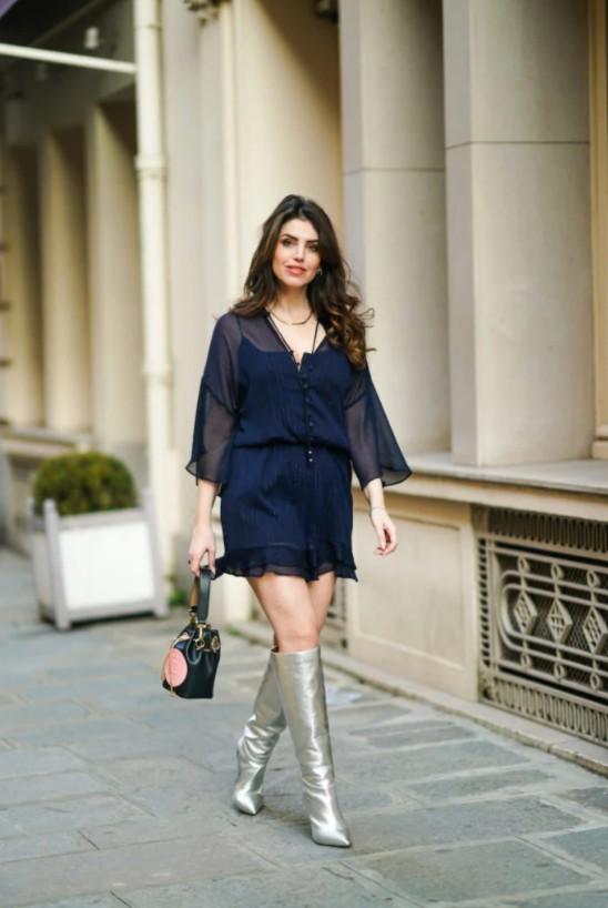 Девушка в легком платье мини темно синего цвета и серебристых сапогах