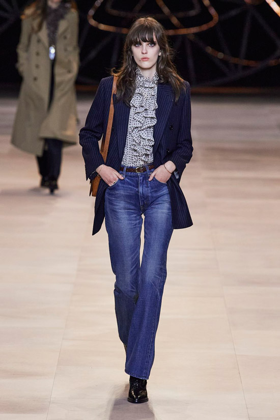 Девушка в темно синих джинсах, блузка с-рюшами и синий пиджак