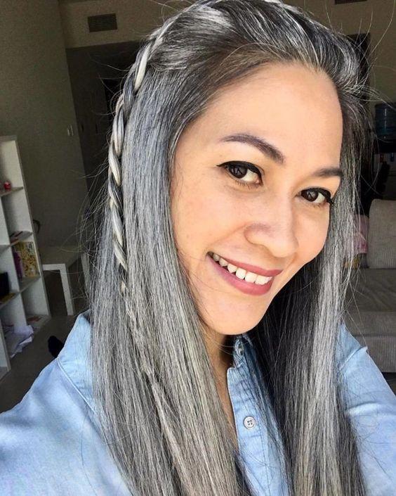 Длинные седые волосы с косичкой