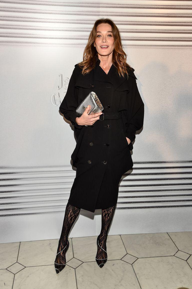 Карла Бруни в черном двубортном пальто с поясом