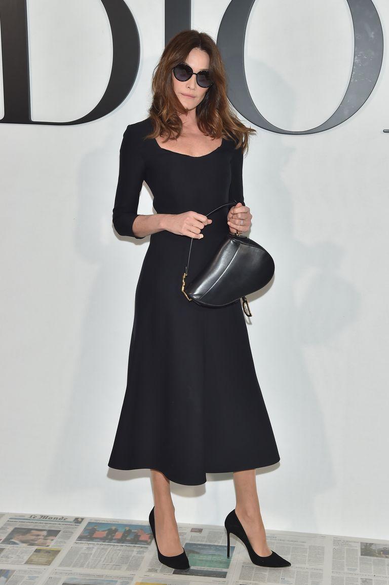 Карла Бруни в черном платье миди с рукавами и черные туфли