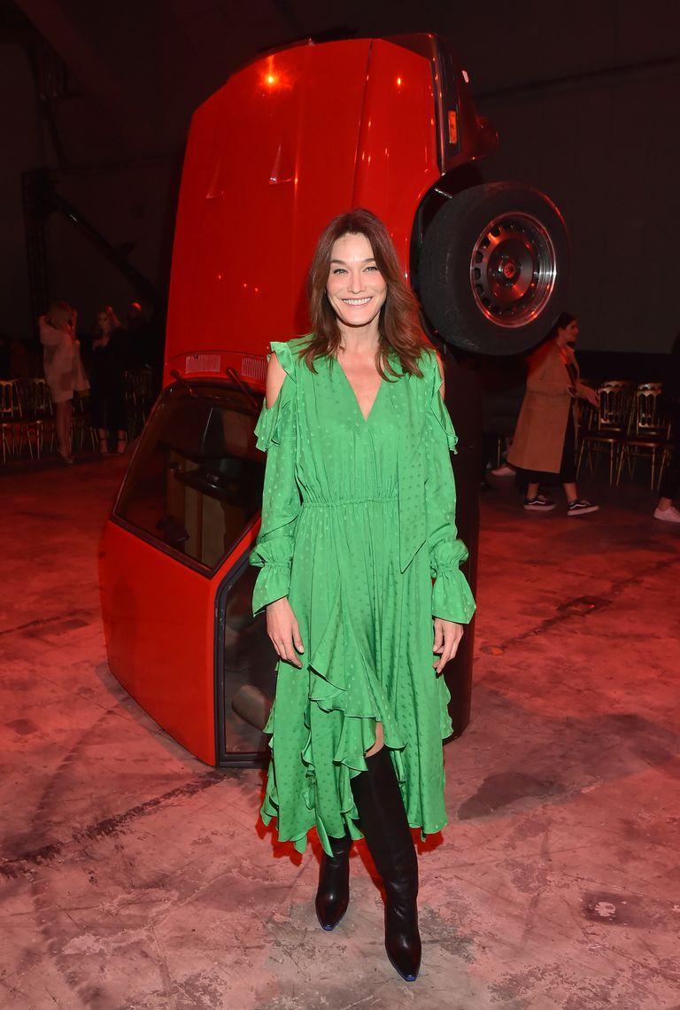 Карла Бруни в зеленом легком платье миди с поясом и высокие черные сапоги
