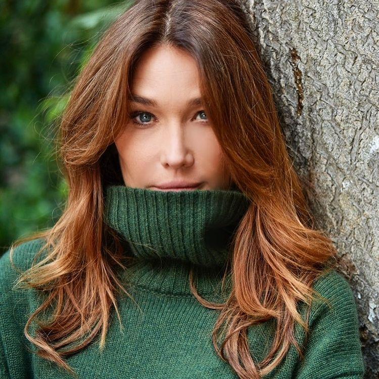 Карла Бруни в зеленом свитере