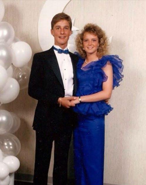 Мэттью Макконехи в черном смокинге на выпускном вечере