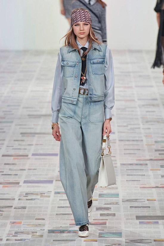 Модель в голубом джинсовом костюме, рубашка и туфли