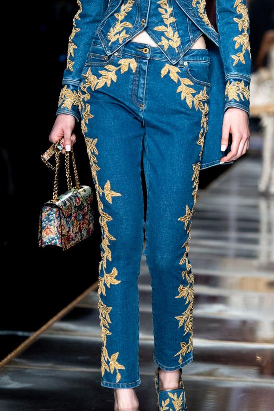 Модель в оригинальном джинсовом костюме с вышивкой