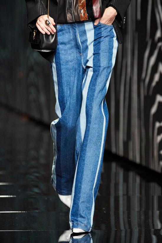 Модель в прямых джинсах в разноцветную полоску