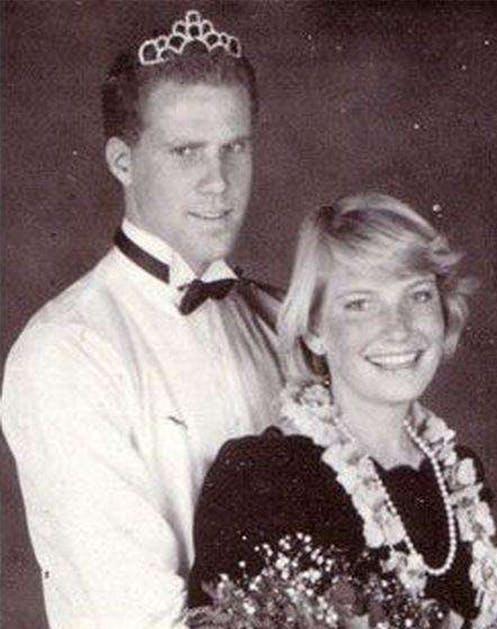 Уилл Феррелл в белой рубашке на выпускном вечере