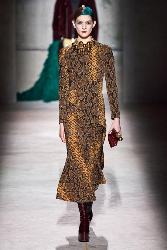 Золотое платье с принтом змеи от Dries Van Noten