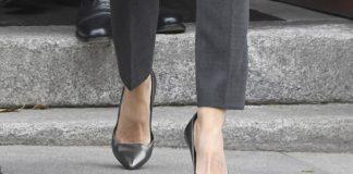 Королева Испании в строгих брюках и сером пальто использует модный трюк, чтобы казаться выше