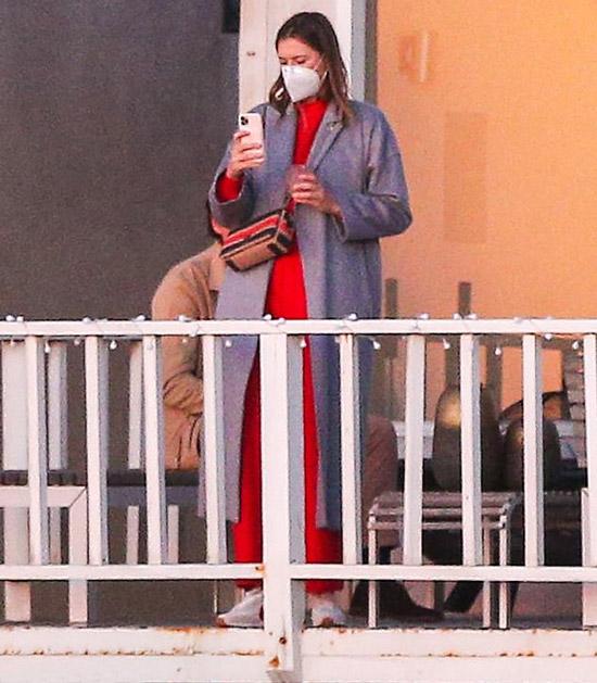 Мария Шарапова в сером пальто