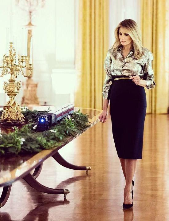 Мелания Трамп в юбке карандаш и серебряной блузе