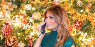 Вспоминаем самых стильных: Мелания Трамп в платьях на фоне новогодней ёлки