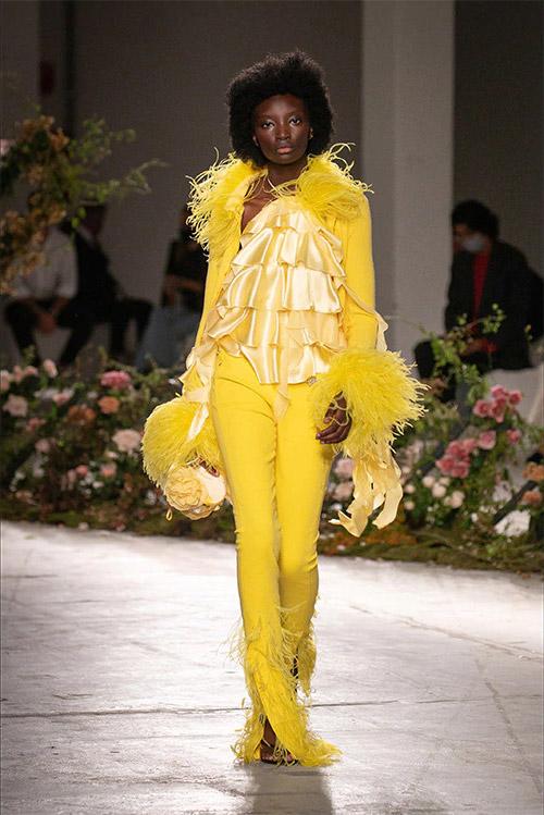 Витаминно желтые брюки - модные цвета 2021 по версии Pantone Color