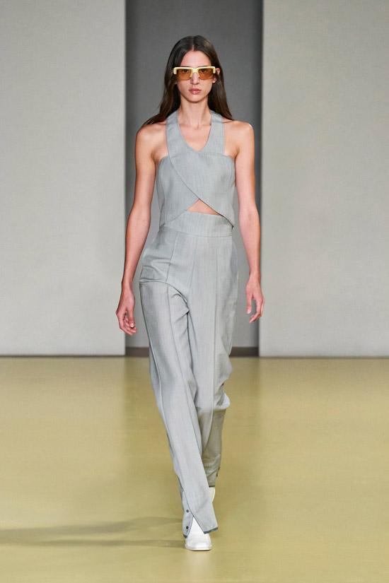Светло серые брюки - модные цвета 2021 по версии Pantone Color